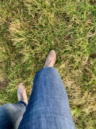 Achtsames spazierengehen: Barbara Nobis wird sich des wechselnden Bodenbelages gewahr.