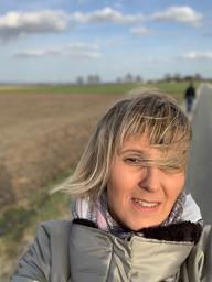 achtsames spazierengehen: Zu Beginn des achtsamen Spaziergangs nimmt Barbara Nobis den kalten Wind wahr.