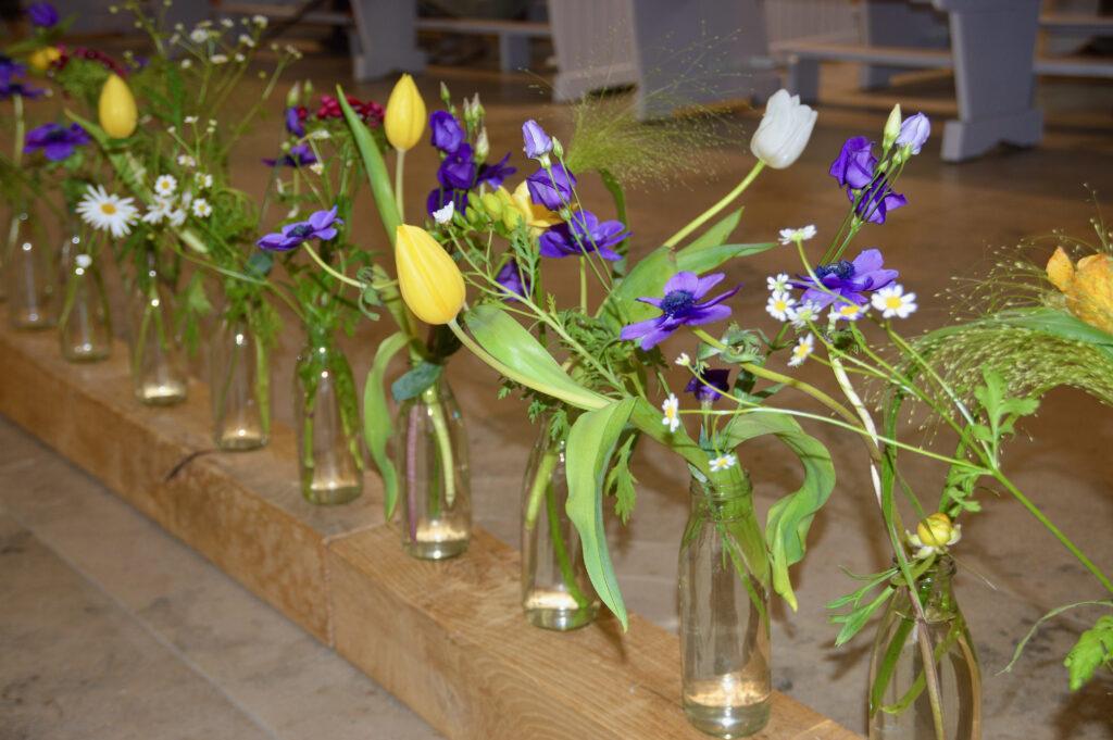 Der blumengeschmückte Altar verweist auf die spirituelle Bedeutung der Blumen.