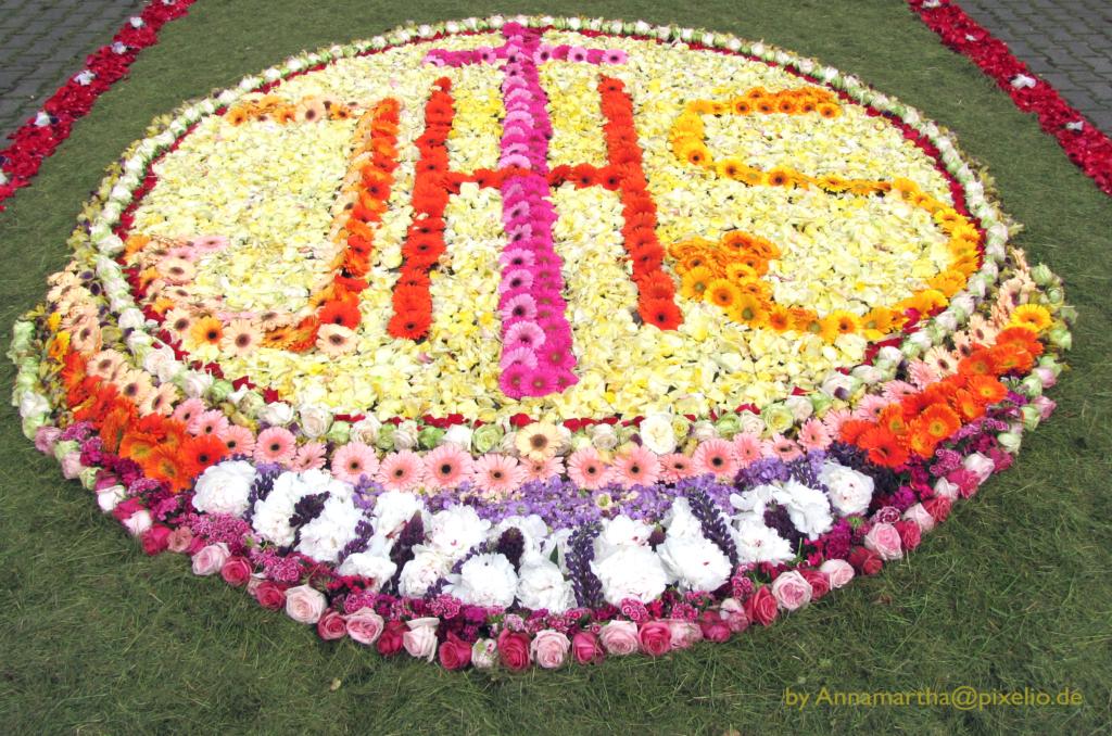 Der Blumenteppich zu Fronleichnam zeigt, das Christen Blumen für spirituelle Zwecke nutzen.